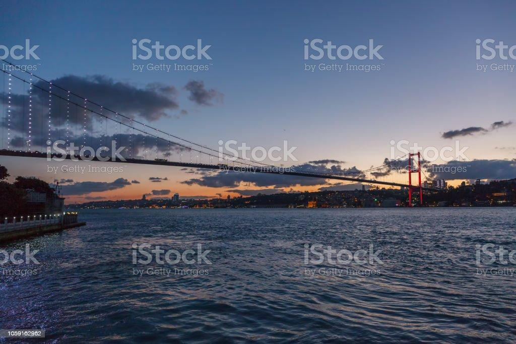 15 Temmuz şehit - günbatımında Boğaz Köprüsü stok fotoğrafı
