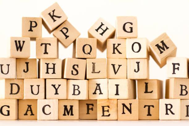 ごちゃ混ぜのアルファベット: 木活字の山ホワイト バック グラウンド ストックフォト