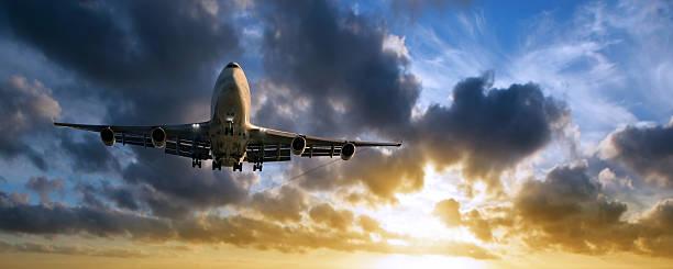 XXL jumbo jet-Flugzeug Landung bei Sonnenuntergang – Foto
