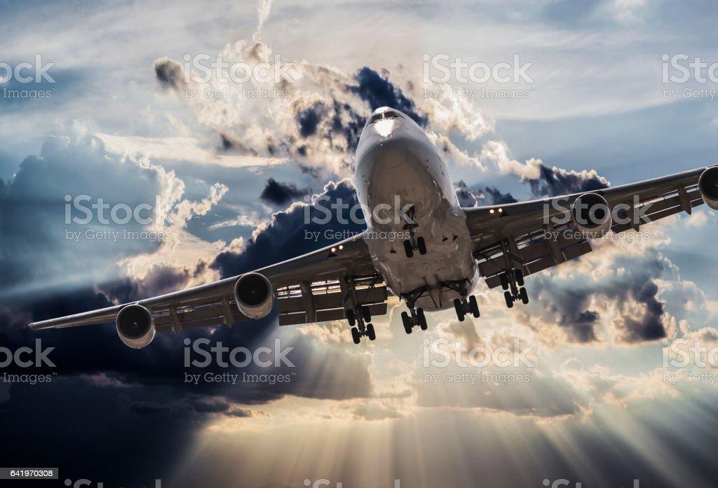 jumbo jet Avión aterrizando en tormenta - foto de stock