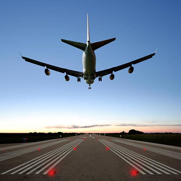 xxxl jumbo jet avión aterrizando - aterrizar fotografías e imágenes de stock