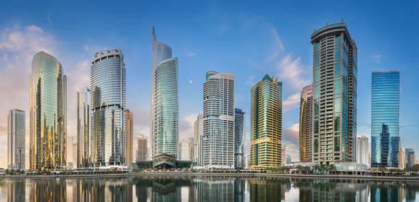 jumeirah lakes towers in dubai während der sonnigen morgen - jumeirah stock-fotos und bilder