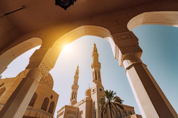 jumeirah moschee in dubai in den vereinigten arabischen emiraten - jumeirah stock-fotos und bilder