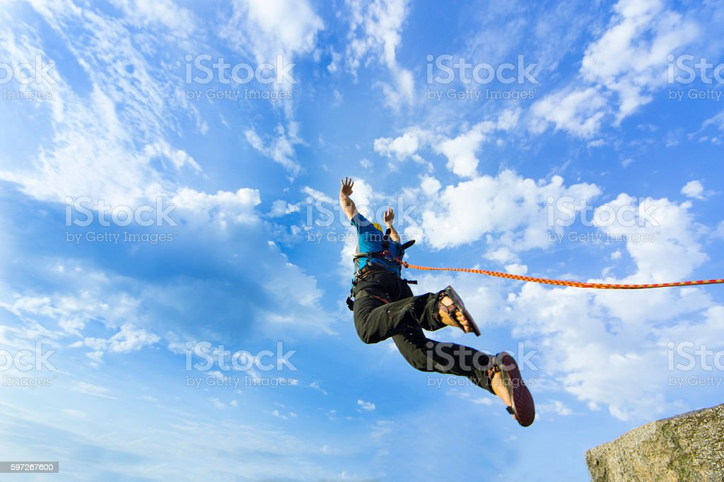 Jump rope from a high rock in the mountains. photo libre de droits