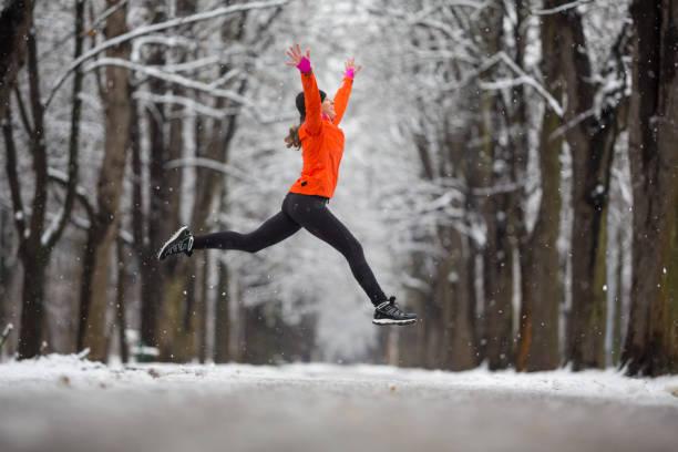 hoppa! -sida visa kvinna hoppar av glädje i vintern - winter austria train bildbanksfoton och bilder