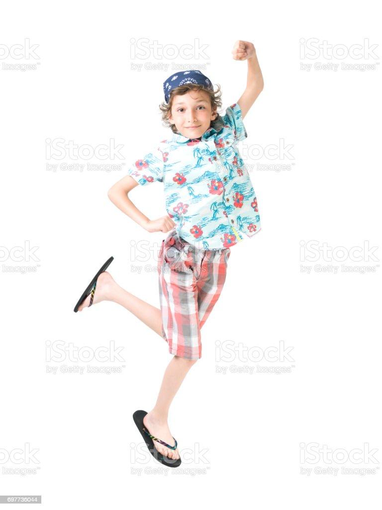 Pulando Bo adolescente vestindo camisa havaiana pronta para as férias de verão - foto de acervo