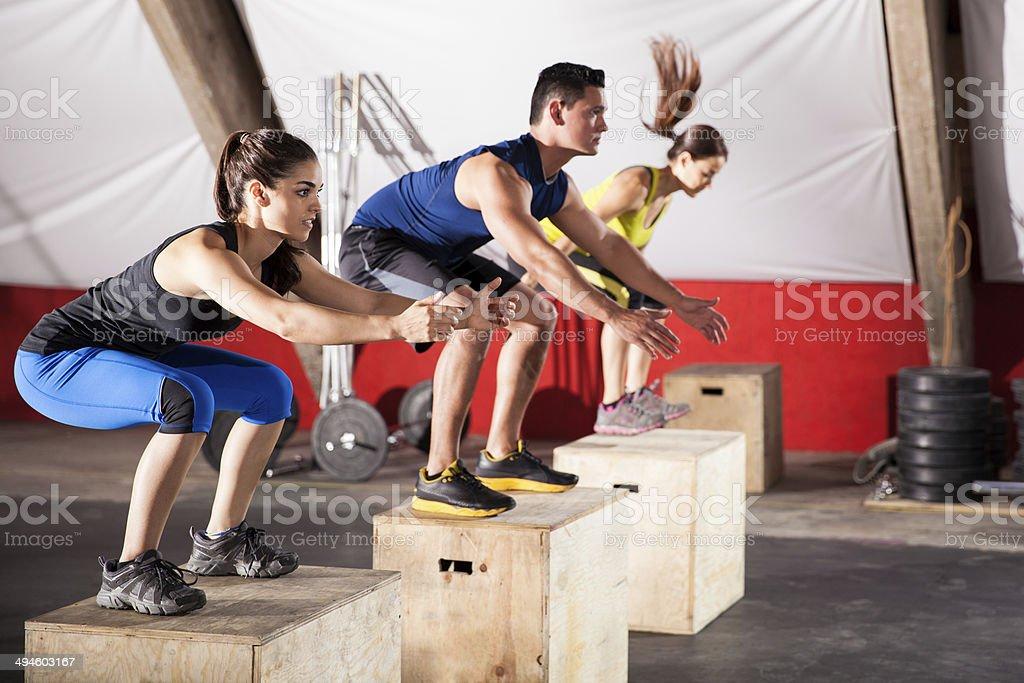 Salto los ejercicios en el gimnasio. - Foto de stock de Adulto libre de derechos