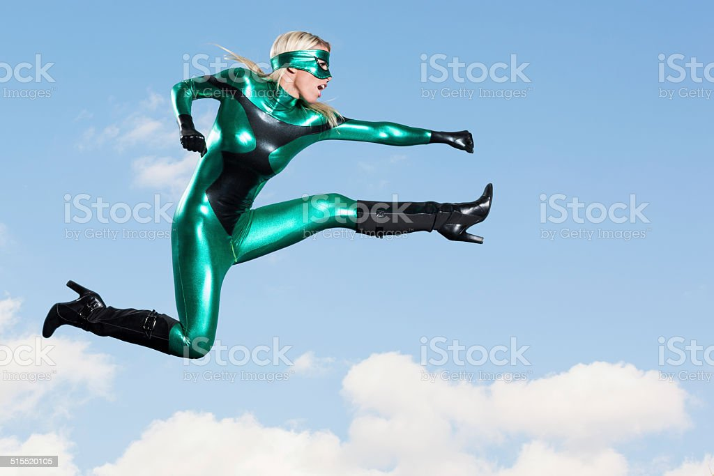 Jumping: Weibliche Super Hero-Schlag Kick – Foto