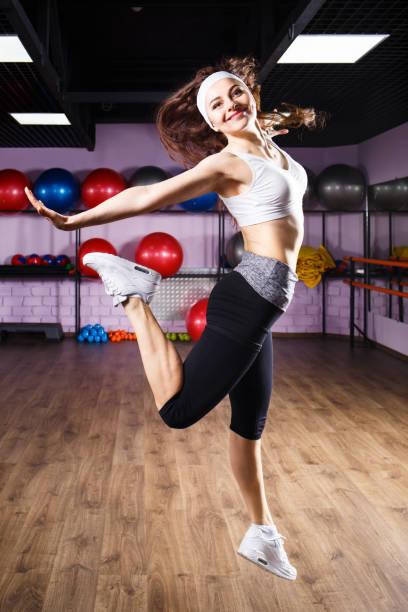 Fitness Mädchen tun Zumba tanzen Übungen springen – Foto