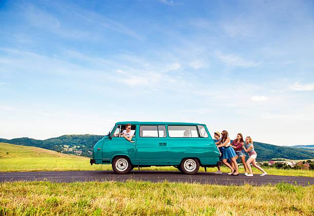 ジャンプ frieds キャンピングカーとカップル、緑の自然と青い空 - 押す ストックフォトと画像