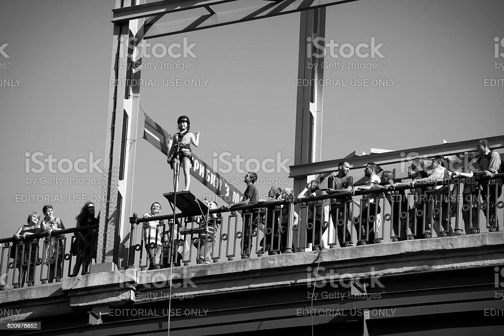 Jumping from Parkovy Pedestrian Bridge in Kiev, Ukraine foto royalty-free