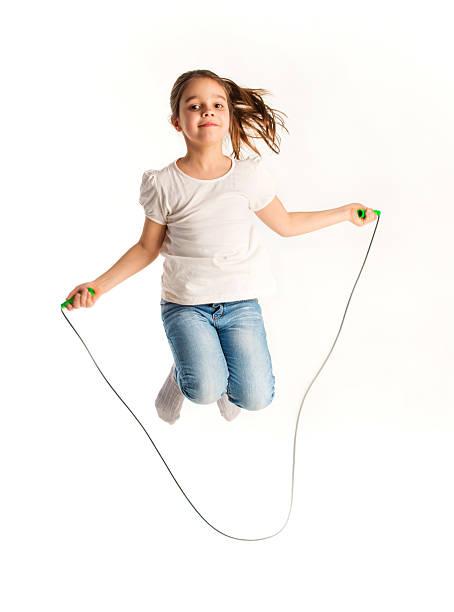 springen mädchen - springseil stock-fotos und bilder