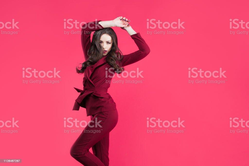 Chica Glamour De Salto Atractiva Joven Morena Vestida De