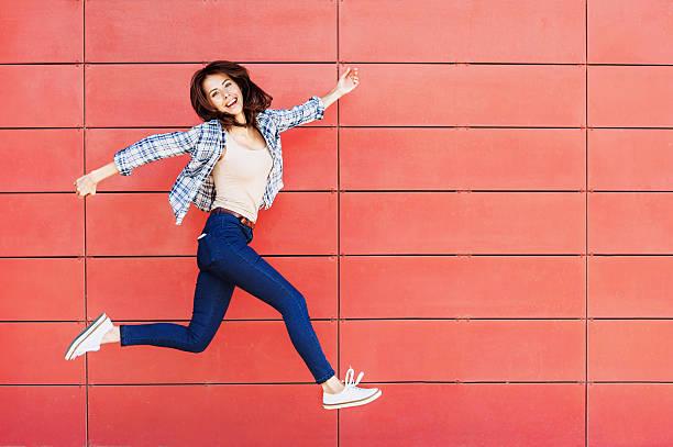 springen glückliche mädchen - flippige outfits stock-fotos und bilder