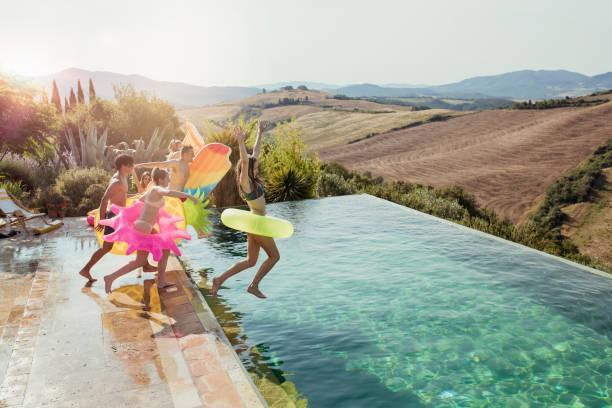 eine ferienvilla springen in einen pool - ferienhaus toskana stock-fotos und bilder