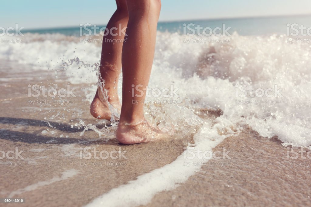 Jumping in the sea waves on the beach – Foto