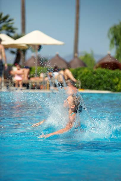 Sprung in den Pool in einem Ferienort – Foto
