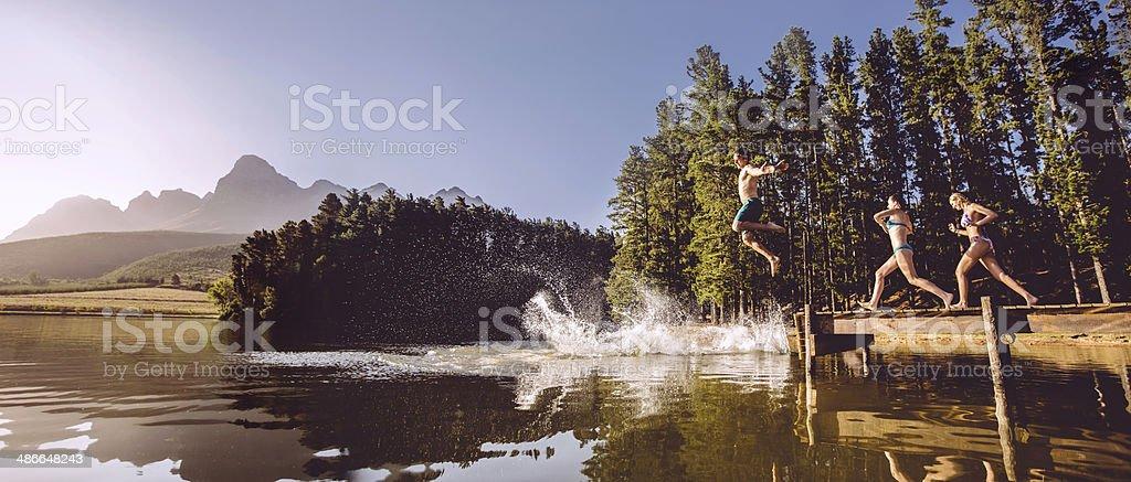 Springen in das Wasser aus Anlegesteg – Foto