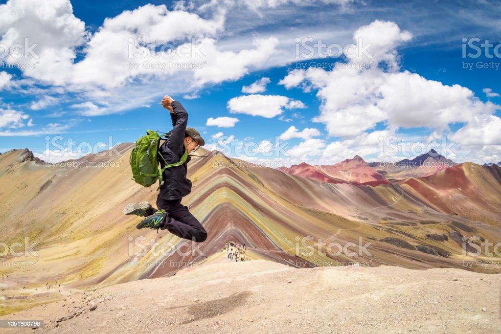 Springen auf dem Gipfel des Berges Regenbogen in Cusco, Peru. – Foto