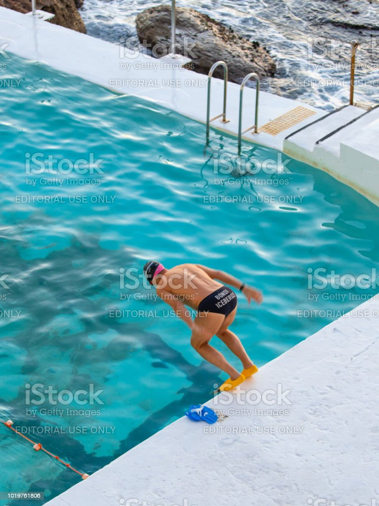 Saut à la piscine - Photo