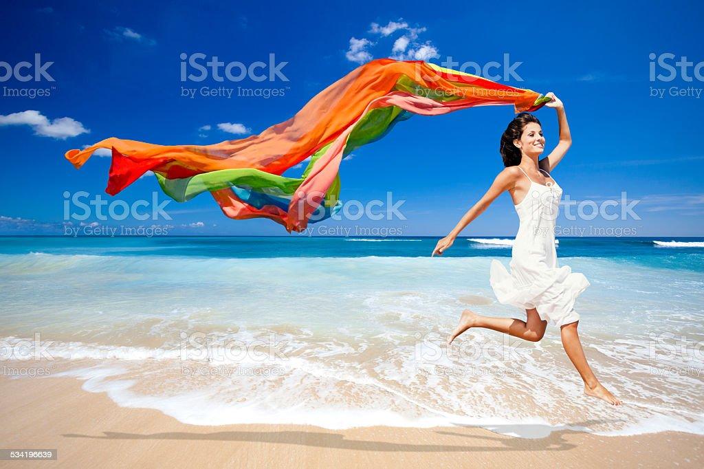 Springen mit einem weißen Gewebe – Foto