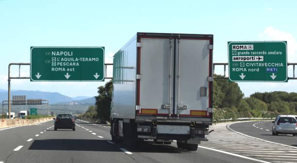 Kreuzung Autobahn mit LKW und italienischer Ampel – Foto