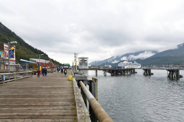 juneau seawalk und kreuzfahrtschiffe - senior bilder wasser stock-fotos und bilder