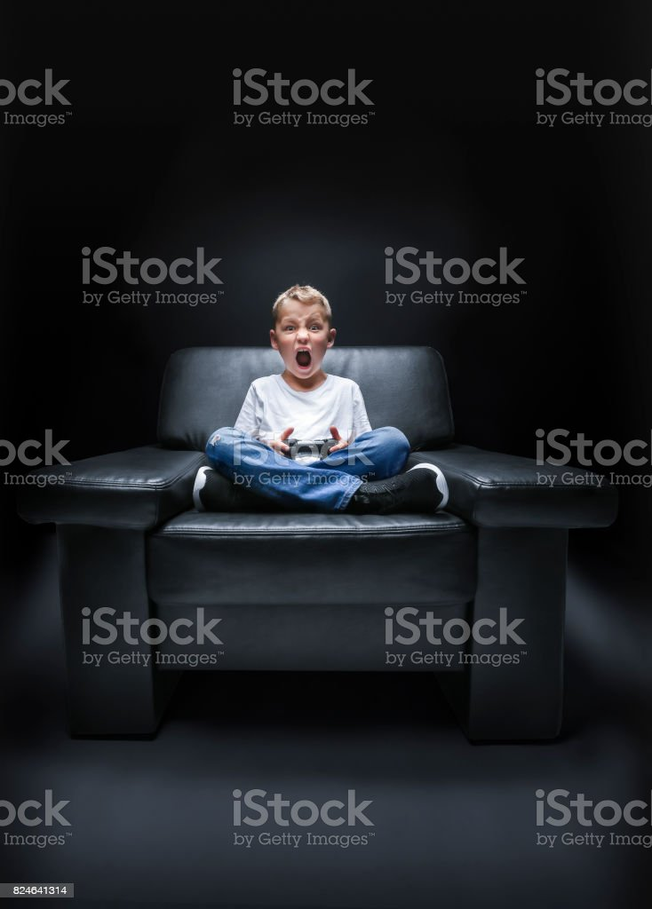 Junge geradezu Im Sessel – Foto