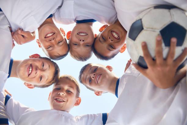 junior-fußball-team vor - schulkind nur jungen stock-fotos und bilder