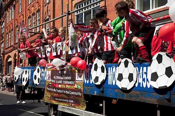 junior-team auf einem karneval float - fußball poster stock-fotos und bilder