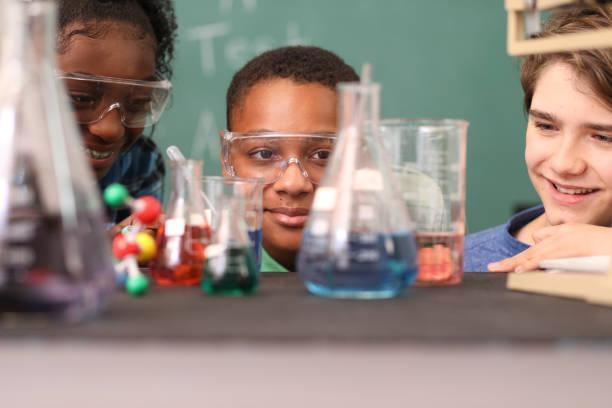 Schüler des Gymnasiums führen naturwissenschaftliche Experimente im Klassenzimmer durch. – Foto