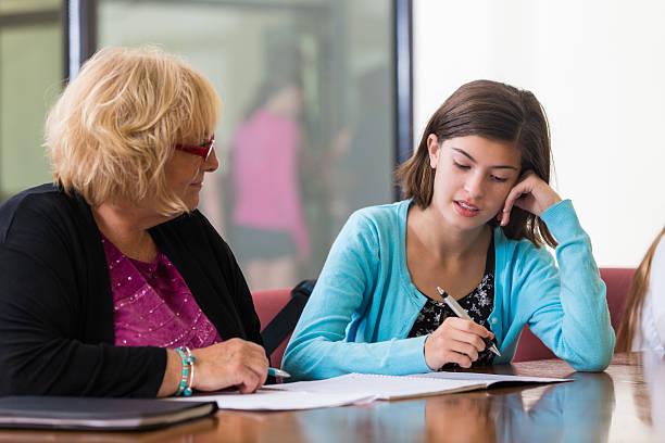中高生テスト、教師を考慮して配置 - 学校カウンセラー ストックフォトと画像