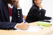 中学生で勉強を詰め込む学校
