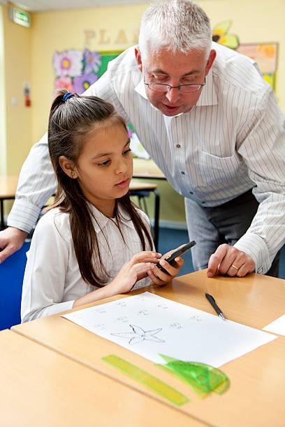junior school: Schüler und Lehrer Arbeiten auf Mathematik problem – Foto