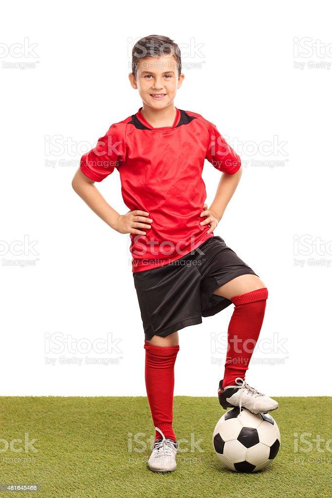 Junior jugador de fútbol con una pelota de paso foto de stock libre de  derechos f81efc6657421
