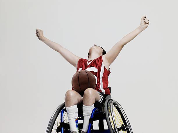 joueur de basket-ball junior accessible en fauteuil roulant - sports en fauteuil roulant photos et images de collection