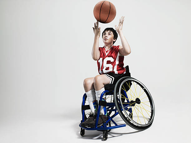 joueur de basket-ball junior accessible en fauteuil roulant - sports en fauteuil roulant photos et images de collection