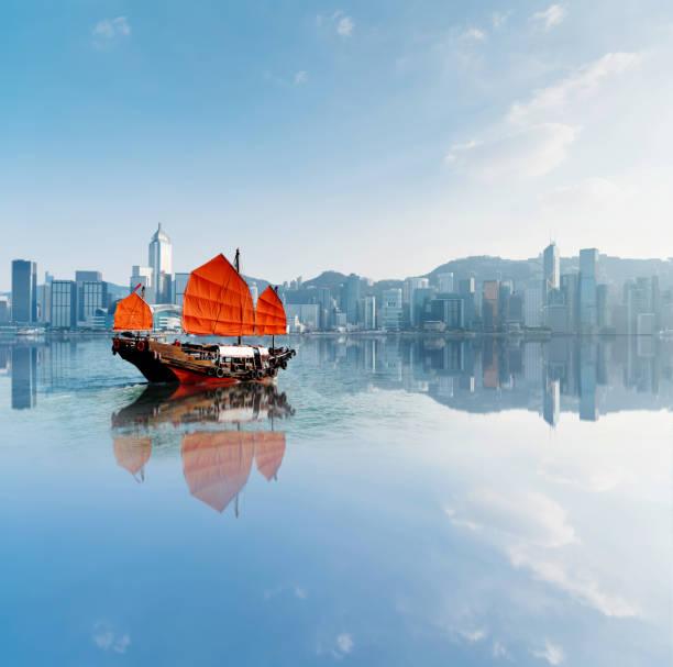 Junk-Boot überquert Hong Kong Hafen – Foto