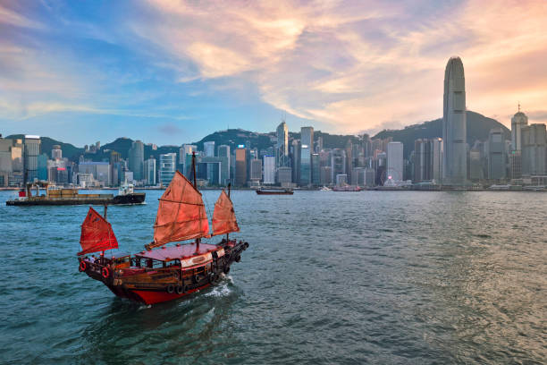 skräp båt i hong kong victoria harbour - hongkong bildbanksfoton och bilder
