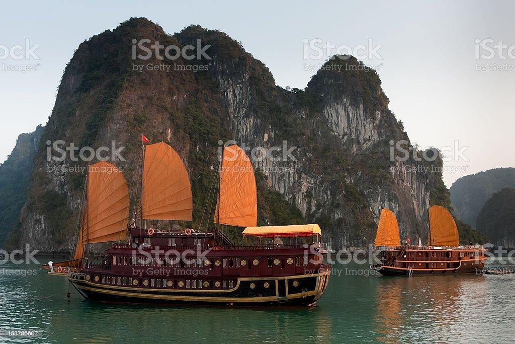 Barcos en la Bahía de Halong basura - foto de stock