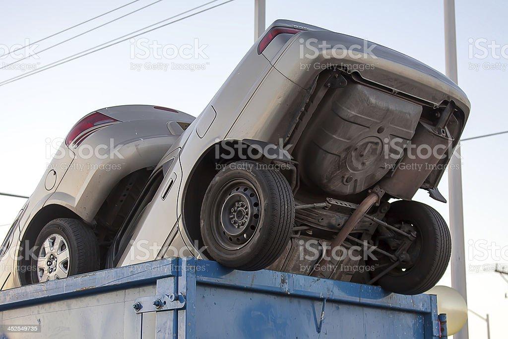 Carpeta de automóviles en efectivo para clunkers dumpster - foto de stock