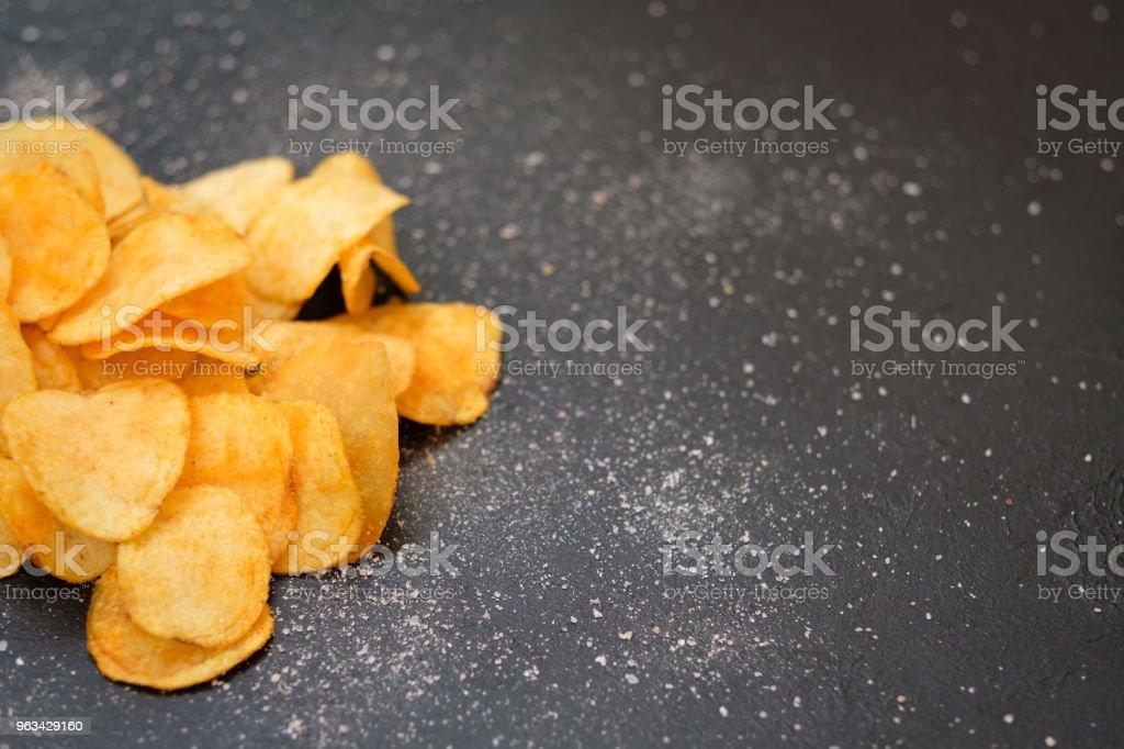 fast food jedzący chrupiące chipsy chrupiące ziemniaki - Zbiór zdjęć royalty-free (Bez ludzi)