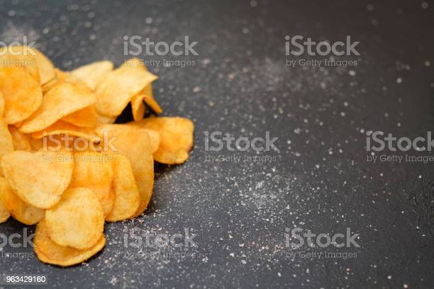 Fast Food Jedzący Chrupiące Chipsy Chrupiące Ziemniaki - zdjęcia stockowe i więcej obrazów Bez ludzi