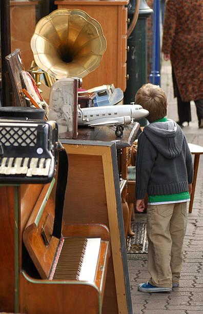 junk-shop & kind - klavier verkaufen stock-fotos und bilder