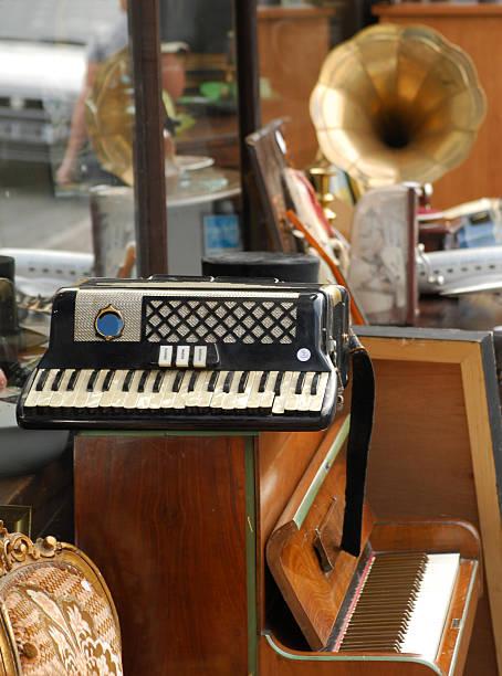 junk-shop, wales - klavier verkaufen stock-fotos und bilder