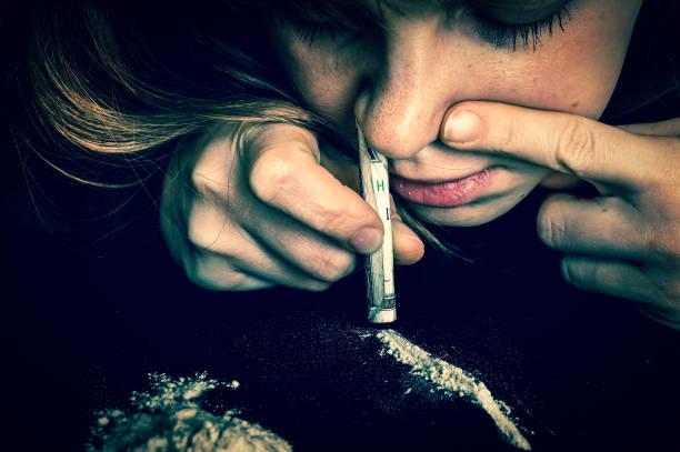 하 셨 어 코카인 분말 압 연된 지폐와 마약 중독자 여자 - 코카인 뉴스 사진 이미지