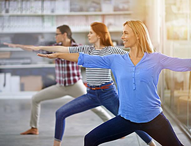 nur ein bisschen yoga für den geist frischen - yoga fürs büro stock-fotos und bilder