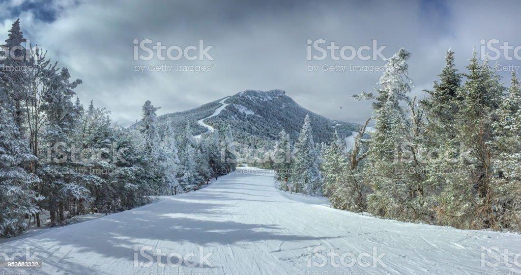 Juste une autre journée de ski dans la montagne photo libre de droits