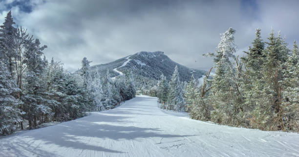 gewoon een andere dag skiën in de bergen - skipiste stockfoto's en -beelden