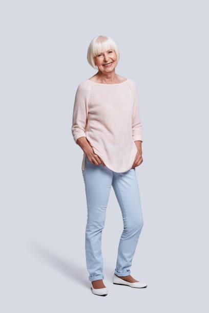juste être heureux! - seulement des femmes seniors photos et images de collection